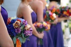 Brautjunfern und Blumensträuße Lizenzfreie Stockbilder