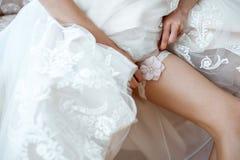 Brautjungfer, die Braut während des Hochzeitstags vorbereitet Lizenzfreie Stockfotos