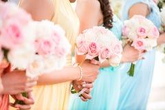 Brautjungfer, die einen Blumenstrauß von Rosen an der Hochzeit hält Stockfoto