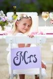 Brautjungfer, die Mahlzeit am Hochzeitsempfang genießt Lizenzfreie Stockfotografie