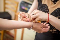 Brautjungfer kleidet silbernes Armbandplatin und -diamanten der Braut Stockfotos