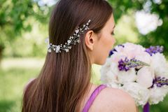 Brautjungfer mit luxuriösem buntem Hochzeitsblumenstrauß von Pfingstrosen und von anderen Blumen mit Berufsmake-up und Hochzeit stockfotos