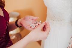 Brautjungfer trägt Ohrringbraut Lizenzfreies Stockbild