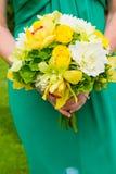 Brautjungfer und Blumenstrauß lizenzfreies stockfoto