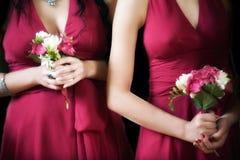 Brautjungfern, die Blumensträuße tragen Stockfotografie