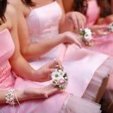 Brautjungfern mit Blumensträußen Stockfotografie