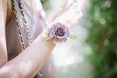 Brautjungfernbrautjungfern von den Blumen auf ihren H?nden stockbilder