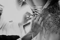 Brautjungfernkleid lädt Korsett thelp Hände auf lizenzfreies stockbild