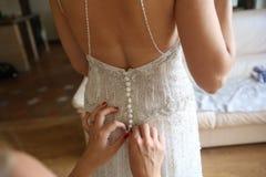 Brautjungfernkleid lädt Korsett thelp Hände auf stockbild