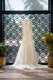 Brautkleid an einer Bestimmungsorthochzeit Lizenzfreies Stockbild
