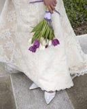 Brautkleid, Schuhe und Blumenstrauß Stockbild
