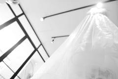 Brautkleider, die an einem Aufhänger hängen Ansicht von unten lizenzfreie stockfotografie