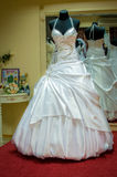 Brautkleider im Brautsalon Stockbilder