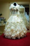 Brautkleider im Brautsalon Stockfotos