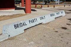Brautkonkrete Trikotsperren der Partei nur vor einer Halle Stockfotografie