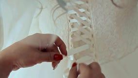 Brautkorsett wird oben gebunden stock video