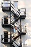 Brautpaare, die auf einem Treppenhaus küssen Lizenzfreie Stockfotos