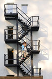 Brautpaare, die auf einem Treppenhaus küssen Stockbilder