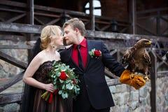 Brautpaare mit Adler Stockfotografie
