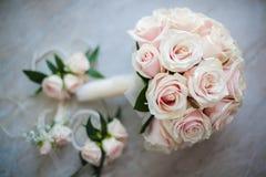 Brautrosen-Blumenstrauß und Armband Boutonnieres lizenzfreies stockfoto