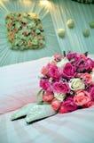 Brautschuh- und Hochzeitsblumenstrauß Stockfotos