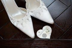 Brautschuhe und sechs Pennys lizenzfreies stockfoto