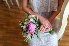 Brautsitzen, Blumenstrauß auf Schoss der Braut Stockfotografie