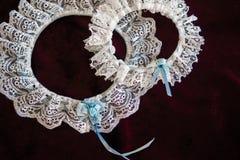 Brautstrumpfband mit blauen Bändern Stockfotos