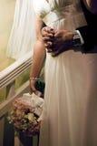 Brautumarmung Stockfoto