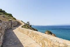 在肋前缘Brava,卡塔龙尼亚,西班牙的栏杆步行 免版税库存图片