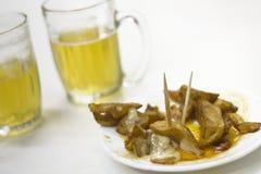 Bravas e cerveja de Patatas Fotos de Stock Royalty Free