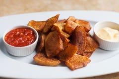 Bravas españoles de Patatas de los tapas de la comida de la cocina, patata frita con la salsa de aioli blanca del tomate rojo Hoj Fotografía de archivo