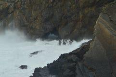 Brave волны ломая против утесов где обитель Сан-Хуана De Gaztelugatxe Is обнаружила местонахождение здесь игру снятых тронов арби стоковое фото