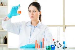 Braving för härlig asiatisk kvinnlig biolog nya medicinska gränser Royaltyfria Foton