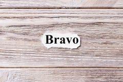 BRAVO des Wortes auf Papier Konzept Wörter des BRAVOS auf einem hölzernen Hintergrund Stockbild