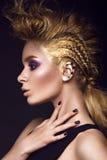Brawurowa dziewczyna z mohawk fryzurą, malującą wewnątrz Obraz Royalty Free