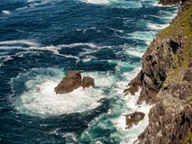 Bray głowę i Atlantyckiego ocean na Valentia wyspie, Irlandia zdjęcia stock