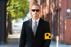 Brazal que lleva de la persona ciega imagen de archivo libre de regalías