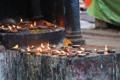 Brazalete del templo de la India con el paño rojo imagenes de archivo