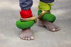 Brazaletes de cobre amarillo en pies Festival de Pandharpur Fotografía de archivo