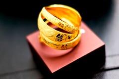 Brazaletes del oro del chino tradicional para casarse Fotos de archivo
