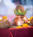 Brazaletes hindúes de la tradición india de la boda Imagenes de archivo