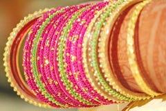 Brazaletes que llevan de la novia india el día de la boda Foto de archivo