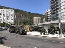 Brazil& x27; ejército de s que cierra los accesos a Rocinha Foto de archivo