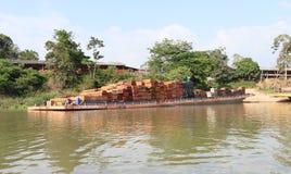 Brazilië, Oriximinà ¡: De Rivier van Amazonië - Aak met Timmerhout van een Zaagmolen stock foto's