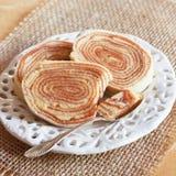 Braziliaans dessert Bolo DE rolo (koninginnenbrood, broodjescake) op wit Stock Foto