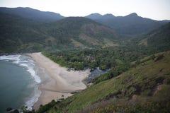 Braziliaans die strand hierboven wordt gezien van royalty-vrije stock afbeeldingen