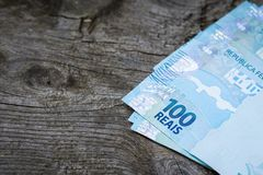 Braziliaans geld op een oude raad met ruimte voor een inschrijving stock foto's
