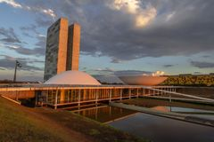 Braziliaans Nationaal Congres bij zonsondergang - Brasilia, Federale Distrito, Brazilië stock foto
