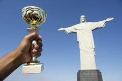 Braziliaanse Atleet Holding Trophy Corcovado Rio Brazil stock afbeeldingen